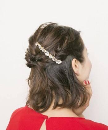 サイドの髪を三つ編みにしてクロスすると素敵なお呼ばれアレンジに。 キラキラのヘアアクセサリーを付けて、華やかな印象をプラスしています。