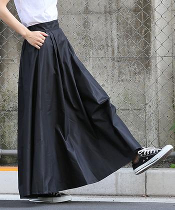 スカートの裾が少しほつれてきたとき、どうしてますか?お店に持っていくという人も多いかもしれませんが、自分でできるとちょっとした節約にもなりますよね。ちょっと難しいイメージがある「スカートのお直し」も、実は意外と簡単にできるんです!