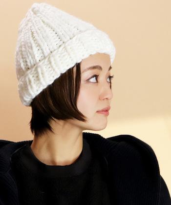ニット帽とワンカールは好相性。ボーイッシュなショートボブも内巻きワンカールにして浅めにかぶると可愛らしい印象になりますよ。