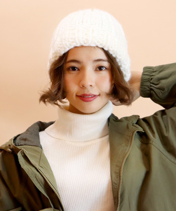 外ハネと内巻きをランダムにすると動きが出て表情豊かに。ニット帽でタイトな分、アシンメトリーな毛先で遊んでみましょう。