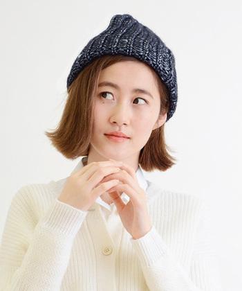トレンドの毛先だけ外ハネボブはニット帽とも好相性◎切りっぱなしのブラントカットは、毛先に動きを出してあげるだでこなれた雰囲気に。たっぷりとしたボリュームニット帽で小顔効果もバッチリです!