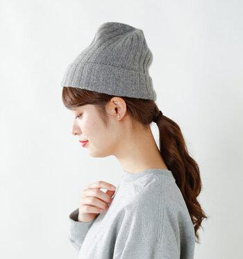 ポニーテールにしてニット帽をかぶるとすっきりコンパクトな印象に。冬でもスポーティーな爽やかさを感じられます。