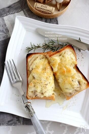 とろ~りチーズと甘いはちみつでパクっとひと口♪はちみつチーズにバナナも加えてボリュームもアップ◎はちみつとチーズの相性抜群の組み合わせはやみつきになる美味しさです。絶妙な甘じょっぱさの味わいにハマっちゃうかも。おつまみとしてもぜひお試しあれ。