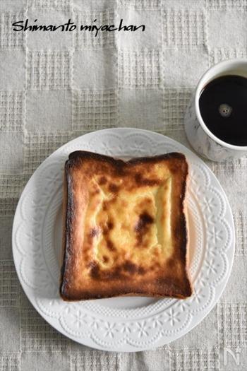 チーズケーキでお馴染みの味をトーストでアレンジ♪バスチー風トーストです。食パンにバスチーの生地をのせて焼くだけでできちゃいます。焼き立てはもちろん、冷めてもおいしいところがうれしいポイント。小腹がすいたときのおやつにおすすめです。