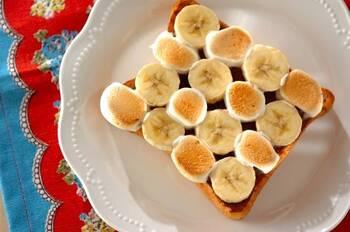 子どもも大好き♪チョコとバナナのマシュマロトーストです。こんがりふわっと焼けたマシュマロの食感がたまりません。チョコとバナナの相性抜群の組み合わせで、ペロリといただきます。おやつメニューにピッタリな一品です。