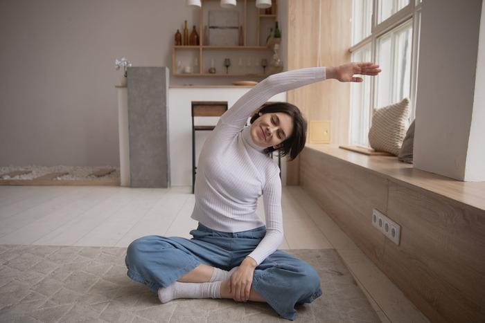 腰痛対策グッズの使用と平行して行いたいのが、腰周りをほぐすストレッチ。仕事の合い間や寝る前などに毎日続ければ、痛みの緩和や腰痛防止になるはずですよ。ここでは、体が硬い人でも始めやすい簡単なストレッチ方法をご紹介しましょう。