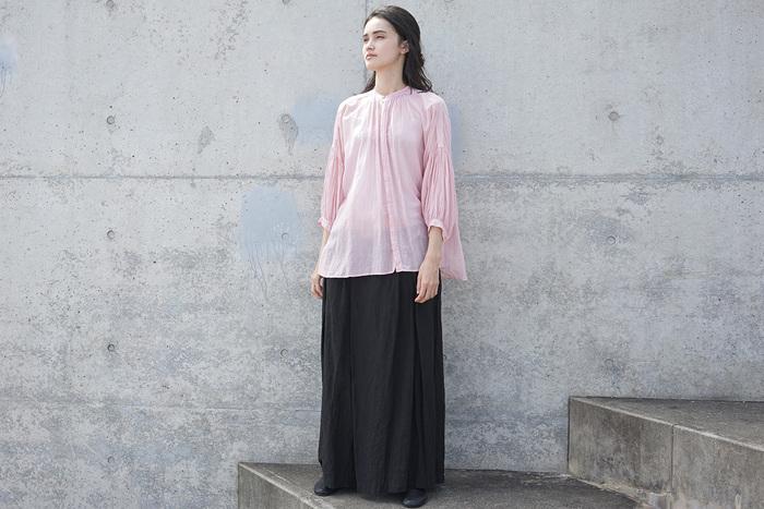 シルクコットンの透け感のある大人ピンクは、少女のような透明感と大人のエレガントさを感じさせます。ピンクでも素材やディティールで印象が大きく変わるもの。袖の贅沢なギャザーや胸元のタックなど、動くたびに揺れてあなたを素敵に演出してくれます。シンプルな黒のスカートをナチュラルに履きこなして。