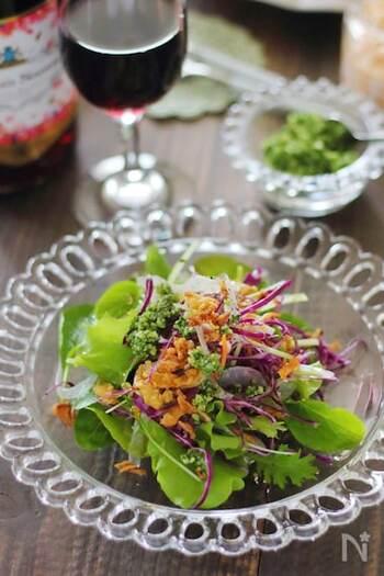 春菊とチーズだけを使った、シンプル&おしゃれなふりかけ。サラダやリゾットなどにトッピングすれば、素敵なアクセントに。冷凍保存もでき、使いたい分だけ取り出せます。