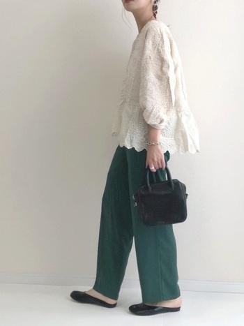 ラウンドネックに繊細な刺繍が施されたコットンブラウスのパフスリーブ。ふんだんに使われた刺繍が上品で、女性らしさを感じます。深いグリーンパンツを合わせたラフさがおしゃれでキュートなコーデ。黒のミニバッグと靴がスパイスに☆
