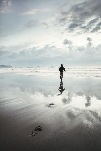 """フランクリンが定めた13徳目は、神か仏の領域のような理想の姿。その姿を追い求めながらも、完璧にはできないからこそ人間らしいとも言えます。そう、完璧に達成しなくてもいいのです。  フランクリンの13徳目習得法では、徳目を定めて意識をし続けることで、自ずと行動が変わるようです。行動が変われば結果も変わります。徳目の課題はいつしか習慣となり、自然と""""理想の自分""""らしい振る舞いが身につきます。"""
