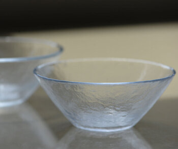 明治43年創業の老舗ガラスメーカー「木村硝子店」のサラダボウル。やわらかなガラスの風合を出すスピン製法という手法でつくられた美しい器。