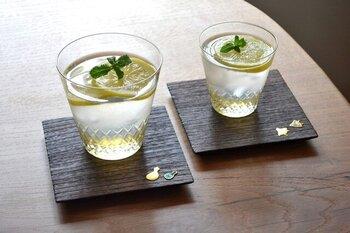 飲み口は口当たりが良いように薄く、底に向かうほどガラスが厚くなっているので、気温や手の温度が伝わりにくい。氷が少しずつ融けるので、飲み物の味が薄まらないのがうれしいですね。
