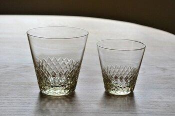 東京の老舗ガラスメーカー・廣田硝子の切子紋様が美しいグラス。ノスタルジックな雰囲気を持つ琥珀色のガラスに伝統的切子「あられ紋」が施されているから、角度によって変わる光の反射が美しい。
