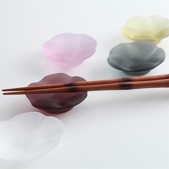 優しく儚げなニュアンスカラー5色セットで、おもてなしにも活躍してくれそう。箸置きとしてだけでなく、薬味入れとして使っても粋ですね。