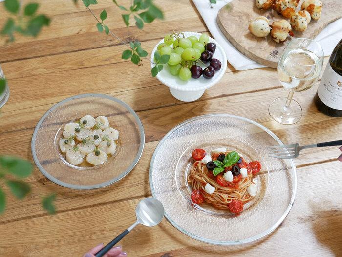 凹凸加工の表面にクールなシルバーラインが映えるガラスのプレート。冷製パスタやサラダ、カルパッチョなど冷たい料理との相性が良さそう。