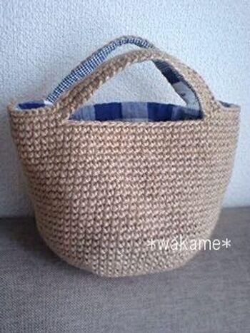 麻ひもで細編みをしていくこちらのバッグは、内布もつけてしっかりとしたつくりです。お昼休みのちょこっとバッグにも良いですね!