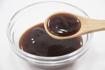 XO醤は値段がお高めなので、なかなか手が出しにくいことも。そんな時は、オイスターソースにおつまみ用の貝柱や貝ひも、干しエビ、生ハムを混ぜるとXO醤の風味が出ます。具材を炒めて唐辛子やニンニクなどを加えると、さらに本格的な味わいに!