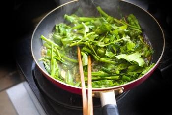 干しエビ、干し貝柱、金華ハムなどを贅沢に使ったXO醤は、本場香港ではそのままおつまみとして食べることも。野菜や魚介の炒め物、チャーハンや焼きそば、スープなど主に中華料理に使えますよ。味付けとして使う他、お粥やシュウマイの上に少しのせても◎