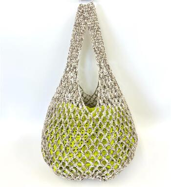 クラフト感覚で作れる、伸縮性のあるバッグ。サブバッグとしてくしゅっと丸めて持ち歩くにも便利です。底を円形に編んでから側面を立ち上げていきます。