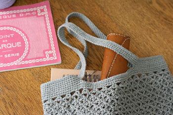 ノートなどもきちんとおさまる平たいデザインのバッグです。透かし編みは同じ編み方の繰り返しなので、一度覚えてしまえばどんどん編めてしまいますよ♪