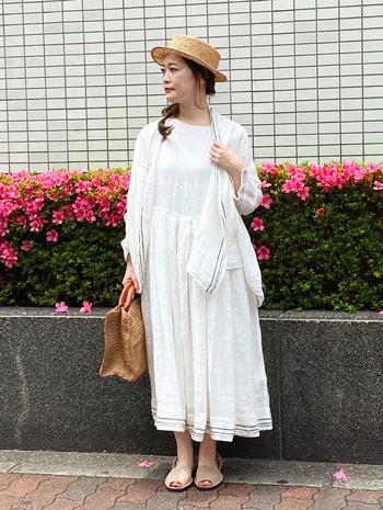 白ワンピに白の羽織を合わせたコーデ。麦わらの帽子とバッグで爽やかさを演出。落ち着いた色でまとめることで大人の雰囲気がでて爽やかな印象に。