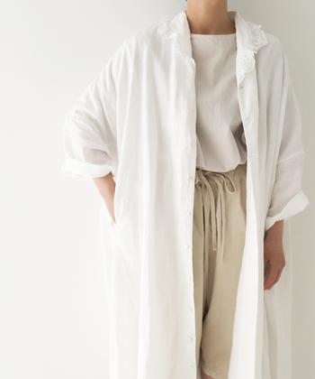 白Tシャツにベージュパンツのカジュアルシンプルスタイルも、白ワンピを羽織にプラスして清涼感をアップ。白ワンピなら他のアイテムの邪魔をしないので、爽やかに着こなすことができますよ。