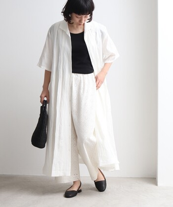 ホワイトパンツとも相性が良い白ワンピ。他の色だと色浮きしそうな白パンツでも、モノトーンで合わせることで大人キレイスタイルにすることができます。