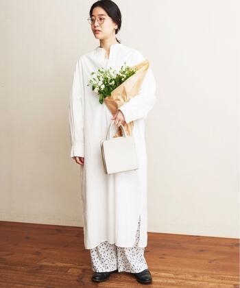 白柄パンツと白ワンピで爽やかコーデ。単調になりがちな白ワンピも、柄パンツを合わせることで着こなしのアクセントになります。白ワンピだけだと気になる下着透けもパンツでしっかりカバーできます。