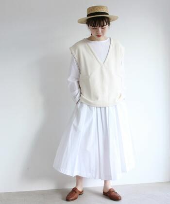 """オールホワイトコーデには白ワンピがぴったり。白ワンピだけだとどうしても出てきてしまう""""少女感""""を白のトップスをプラスすることで""""大人おしゃれ""""に変身させることができます。帽子で爽やかさをプラスしても◎。"""