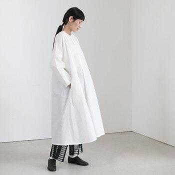 白ワンピとブラックパンツでシックなスタイルに。白×黒だけのシンプルなコーデをつくることで、シックな大人スタイルをつくることができます。