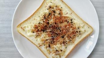 ふりかけはパンとも好相性。残ったふりかけをトーストにのせるのもアリ!バターを塗ってからふりかけてもおいしいです。