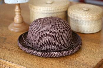 素朴な麻糸の良さを生かした帽子です。こぶりのデザインが濃いめの色味ととてもよく合っていて、かぶるだけでファッションもきまりそうですね!