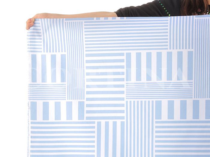 北欧・スウェーデン生まれの「KLIPPAN(クリッパン)」。爽やかなブルーのキャンバス生地はいかがでしょう。  この商品を扱っているお店「cortina」では10cm単位で生地をカット販売しているので、必要な分だけ購入することができて便利ですね。  布をネットで購入する際は、ひとつの柄がどのくらいの大きさなのかチェックしておくのがポイント。ブックカバーのように、比較的、小さめのものを作るときには、柄のバランスも重要です。カット生地はどこの柄がくるのか分かりません。連続柄がどのくらいの間隔で繰り返されているのかもチェックしておくと、出来上がりをイメージしやすくなりますよ。