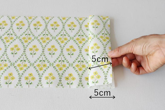 縦18cm×横74cmの布を、右からパタパタとM字型になるように、折り込みます。