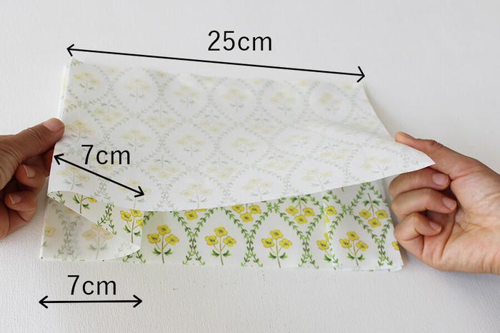 左から25cmのところで谷折り、さらにパタパタとM字になるように折りこみます。