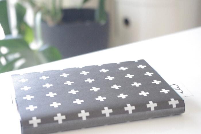 折り紙を2枚貼り合わせて作る紙のブックカバーです。  最近は、100円ショップでも可愛い柄の折り紙が多数、販売されているので、そうしたものを利用すると手軽ですね。