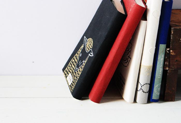 ブックカバーは、布と紙を貼り合わせたものでも作れます。紙を貼り合わせることで、針も糸も使わず、布の雰囲気を楽しめるブックカバーに仕上げられるんです。