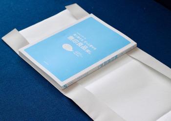 書店でつけてくれるブックカバーと同じタイプのブックカバーです。本のサイズに合わせて、上下左右の紙を折るだけで完成。とても簡単なので、おうちにあるいろいろな紙で試したくなりますよね。   ※こちらは紙に布を貼ったもので製作している写真です。