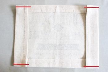 左右の折り返しは、アイロンをかけただけだとずれやすいので、赤い線のところを4カ所だけ縫っています。  短い直線なので、ミシンでも手縫いでもあっという間に縫えます。目立たない色で縫うのもいいですし、あえて仕上げステッチのようにアクセントとなる色で縫うのもおすすめ。おしゃれ感がアップします。