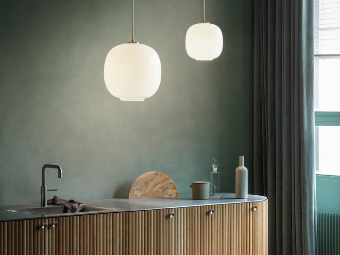 1940年代にデンマーク国営放送局(ラジオハウス)のために製作されたライトの復刻版であるラジオハウスペンダント。シェードの開口部からは下向きの強い光。そしてシェードの乳白ガラスを通すと柔らかい光となり、その2種類の光によって空間を照らします。