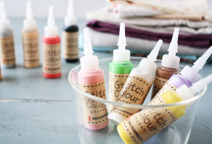 ステッチカラーという刺繍風に描ける絵の具を使って、お絵かきすると、一層華やかなブックカバーに。