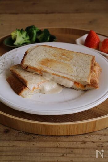 休日の朝食にぴったりなブッラータチーズとチェダースライスチーズ、2種類のチーズを使った贅沢トースト。こちらはホットサンドメーカーを使ったレシピですが、フライパンを使って作ることもできますよ。
