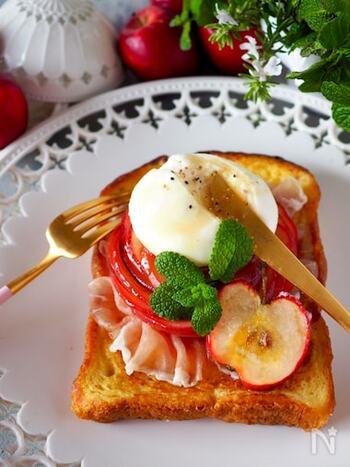 こんがりと焼いたフレンチトーストにブッラータチーズとりんご、そして生ハムをトッピング。りんごの酸味とハムの塩気に濃厚なチーズが絶妙にマッチ!ブランチとしても、贅沢なスイーツとしてもおすすめ。
