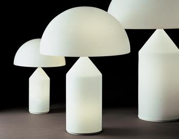 ヴィコ・マジストレッティの代表作「アト―ロ」。シンプルな造形の組み合わせですが、照明というよりオブジェのような美しさを兼ね備えたテーブルランプ。シェードとベースがともに光るような仕様となっているため、ライト全体が空間の中で浮かび上がり、とても幻想的な空間になります。