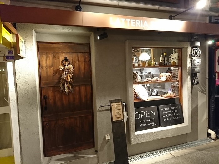 大阪・福島駅近くにあるイタリアンレストランのラッテリア ポルチーニは、カジュアルにイタリア料理やワインが楽しめる空間。