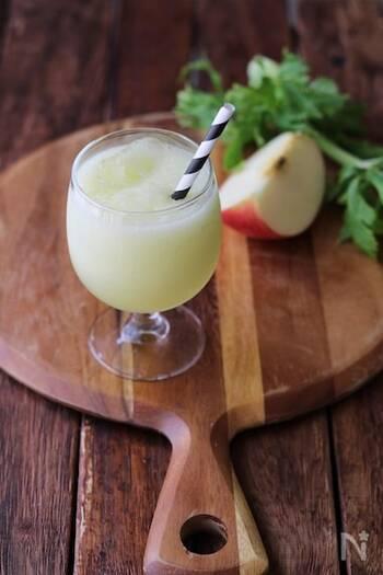 とってもさわやか、リンゴとセロリのスムージーです。牛乳等の代わりに水を使うので、さっぱりしています。甘さを強めたいときには、リンゴやはちみつの量を増やしましょう。氷を多めに入れるとよりさっぱりしますよ♪
