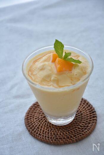 こちらは南国風の味わいが楽しめる、マンゴーのスムージーです。マンゴーはあらかじめ冷凍しますが、冷凍タイプのものを買うとよりお手軽。ヨーグルトは無糖のものを選んで、はちみつで甘さを加えましょう。