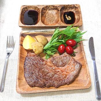 シンプルに焼いて味付けするステーキ。黒瀬のこしょうをふりかければお店屋さんで食べるような料理に変身。ガーリックとコショウを効かせながら、肉本来の味も引き立ててくれます。