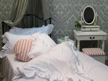 クッションカバーやカーテン、テーブルクロスなどのファブリックアイテムで取り入れるのもおすすめです。手軽にできて、お部屋のおしゃれなアクセントとして活躍してくれますよ♪色味だけでなく素材や質感によってもお部屋に与える印象が変わってきますので、作りたいお部屋のイメージに合わせて選んでいきましょう。