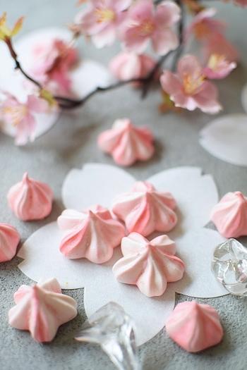 立体的な桜が可愛いメレンゲクッキー。サクッ&しゅわ~とお口の中で溶けクセになります。コンスターチを加えることで、時間が経っても食感がよく日持ちも◎